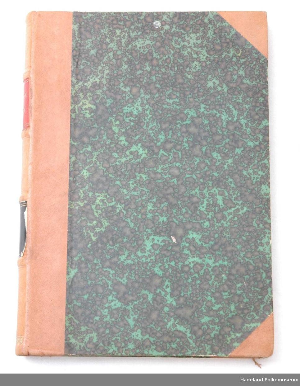 Grønn og svartmelert. Brune skinnhjørner og rygg. Gulldekor og rødt og blått felt i ryggen