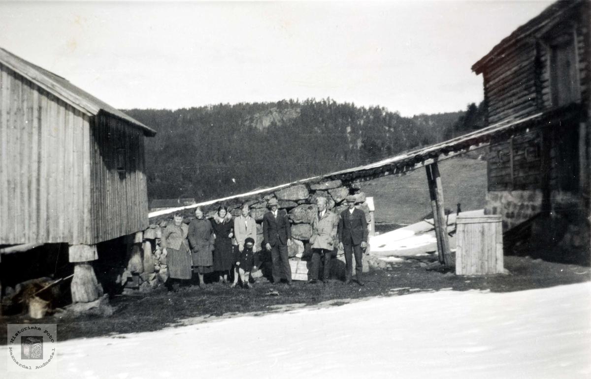 Personer ved låvebrua på Rugabrotet på Sveindal.