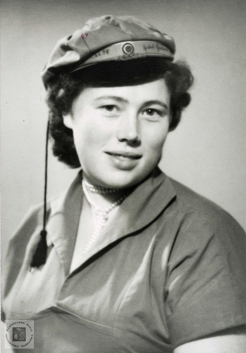 Portrett av Allis Synøve Flottorp som grønnruss. Grindheim.