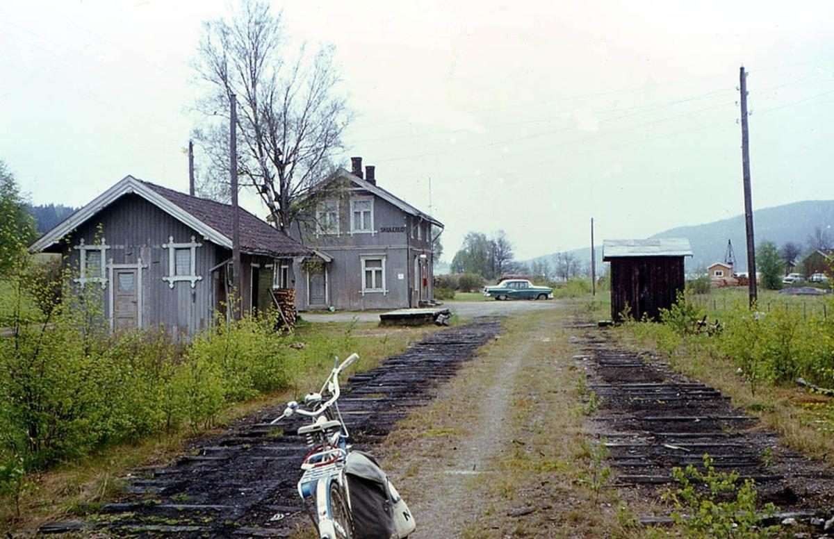 Ved Skulerud stasjon 8 år etter nedleggelsen.