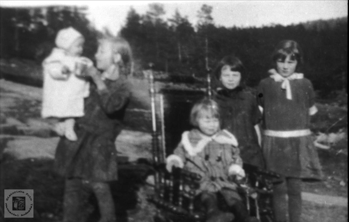 """Portrett av jenter avbildet på """"Bjønnejordet"""" Haugland i Bjelland."""