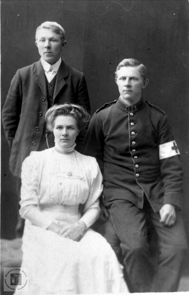 Portrett av Torkel, Syvert og Anna Homme Foss, Bjelland.