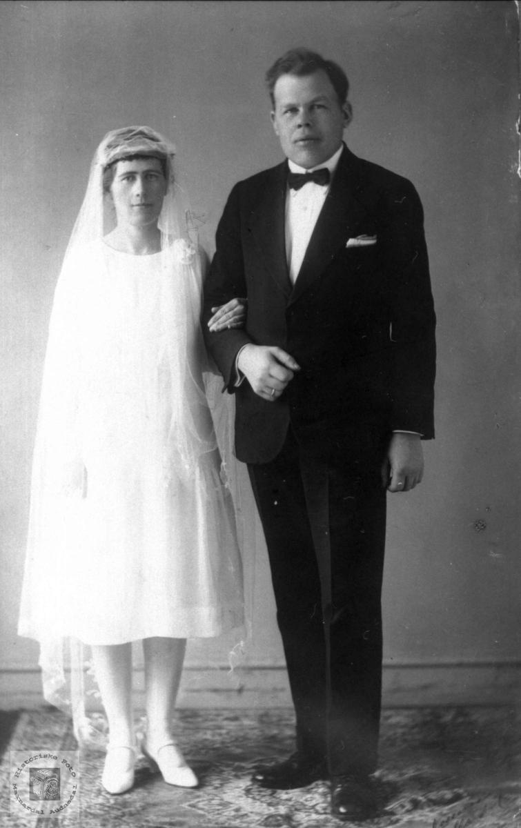 Portrett av brudeparet Gunvor Ødegård og Norvald Birger Nilsen. Ågedalstrand tidligere Bjelland, nå Audnedal.