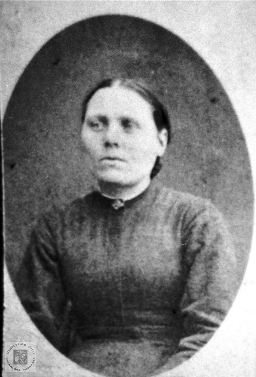 Portrett av ukjent dame trolig med tilknytning til Bjelland eller Grindheim.