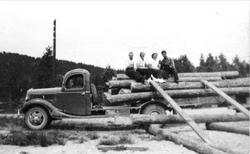 Tømmerlass på lastebil, Ford V8 1937-modell. Tom Ugland.