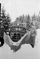 Gudmund og Olav S. Foss med brøytebil, Bjelland. Iflg. Ivar