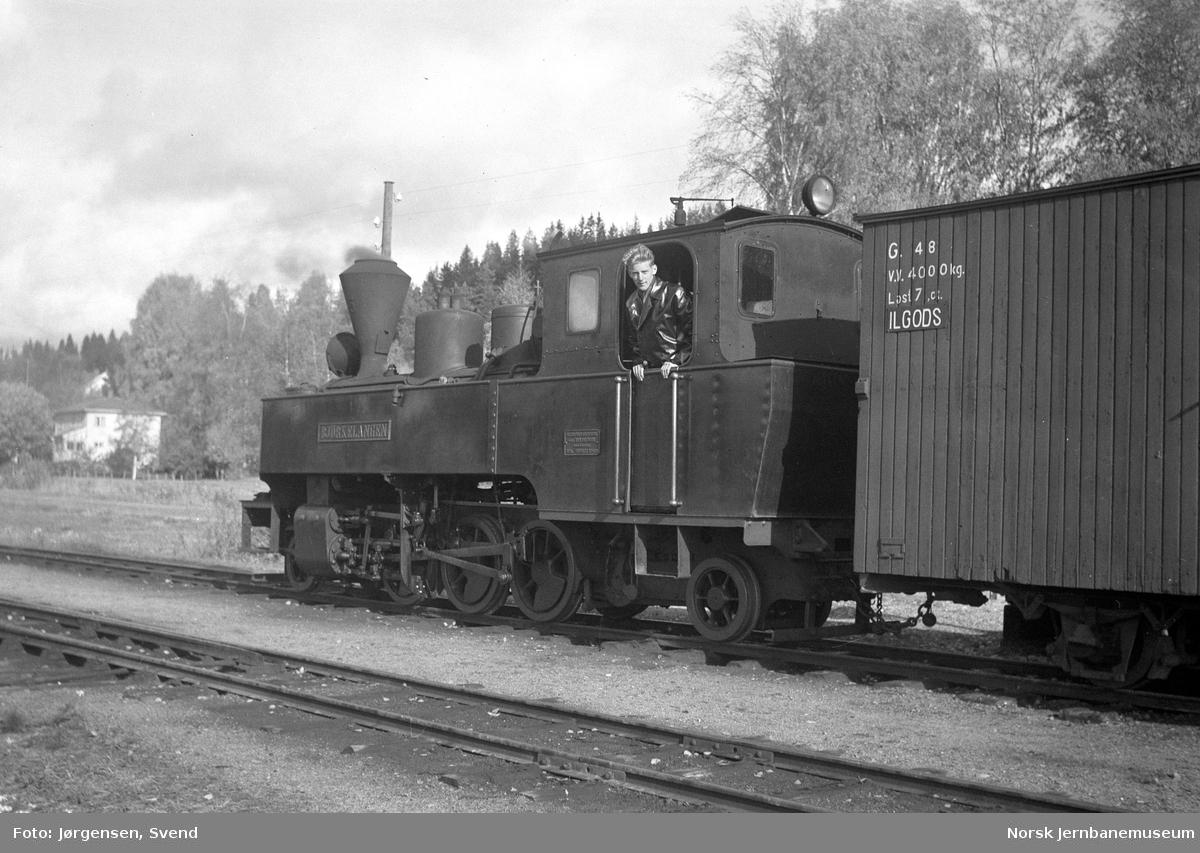 """Damplokomotiv nr. 5 """"Bjørkelangen"""" i tog mot Sørumsand på Skulerud stasjon - Svend Jørgensen på lokomotivet"""