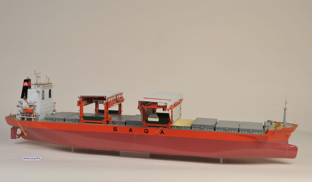Modell 1:150 av åpen ??? bulk carrier.  Sort skorstein med rødt belte Hvit 'A' i skorsteinsbelte. Skip bygget hos Oshima Shipbuilding Co. Ltd, Japan.