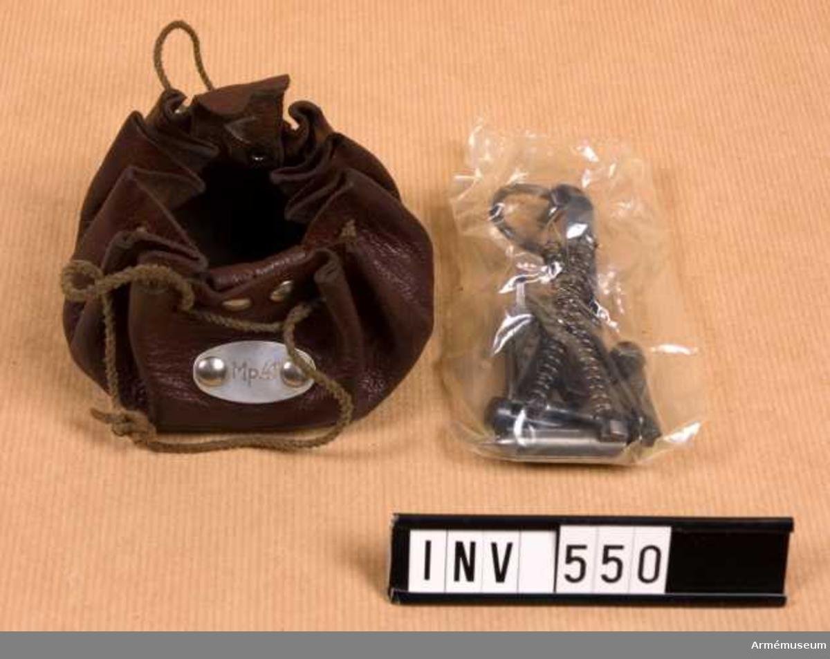 Samhörande nr är 511-599, 700-701 (547-551). Tillbehörssats t kulsprutepistol m/1941-1944, Schweiz. Består av: 1 läderfodral, 14 mindre reservdelar. Schweizisk gåva.