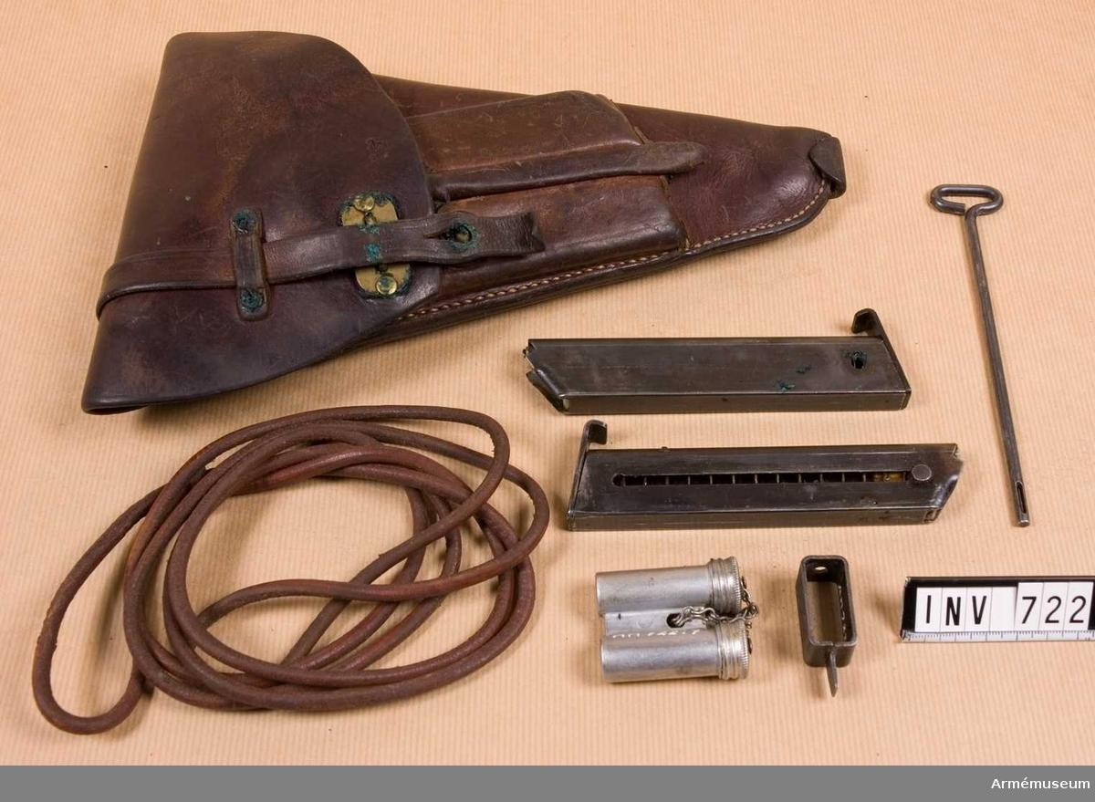 Samhörande nr är 721-722.Fodral t pistol m/1940.Består av: 1 pistolfodral, 1 pistolsnodd, 2 st extra magasin m/1940, 1 läskstång, 1 magasinsfyllare, 1 oljedosa.