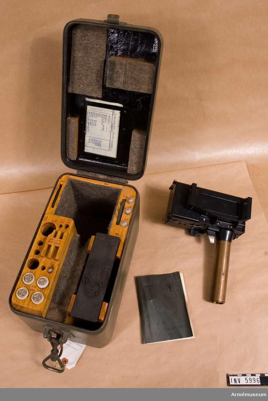 Reflexsikte m/1948 t luftvärnsautomatkanon, kal 40 mm. Består av: 1 låda (grön) f riktstativ, 330 x 200 x 215 mm, väger 13,7 kg, 1 reflexsikte, 3 glödlampor, 1 reflexglas, 1 skymglas, 1 kvadrantplan, 4 smältproppar, 1 beskrivningsbok.