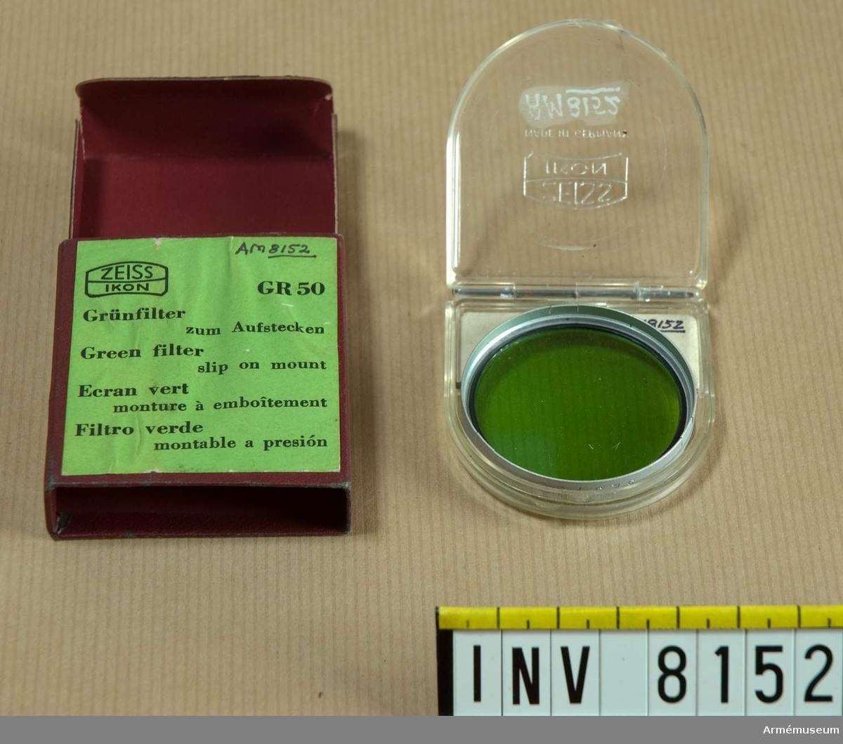 Samhörande nr är AM 8151 - 8199. Text på metallringen runt glaset Zeiss Ikon 323/50 GR50.Filtret ligger i en plastask, och den i en pappersförpackning med följande text GR 50, ring med ett streck över 42 mm, 323/50 (texten på locket). Zeiss Ikon Am 8152 GR 50 Grünfilter zum Aufstecken. Green Filtre Slip on mount. Ecran vert moyen monture a emboitement. Filtro verde untable a presion.