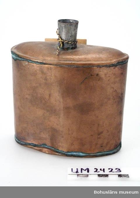 Ur handskrivna katalogen 1957-1958: Plunta av koppar Mått: 14 x 12,5 x 5,5 cm; m. halvmånform. genomskärning; m. pip upptill, avsedd f. kork. Hel. Gåva 1927.  Lappkatalog: 59