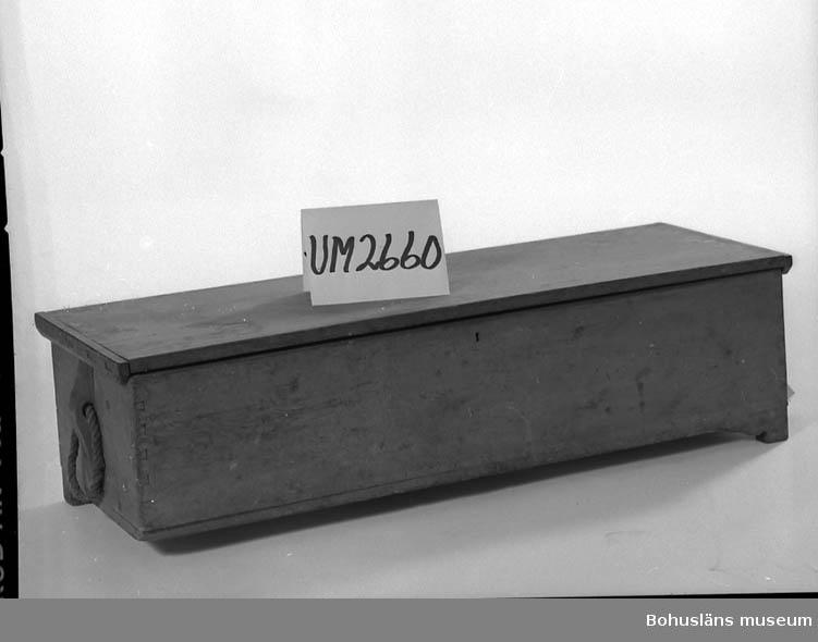 Ur handskrivna katalogen 1957-1958: Sjömanskista med sjökort med mera H.: c:a 0,30 m (inkl. lock o fötter) L.: 1,12 m. Br.: c:a 0,38 m.  Trä, utanpå brunmål., inuti blåmål. Fyra låga fötter, varav två är avnötta. Skamfilad; sprickor. Nyckel saknas till låset.  Följ. skrifter m.m. finnes i kistan:  Plac: 228? I. Afzelius: Sjölagen, Kongl. Sjökarteverket:  Den svenske lotsen (III),  Den engelske lotsen (II),  Knudsen: Söe-Merke - Bog,  Rosser: Short Notes and Sailing Directions,  Thunblad: Fattigvårdslagarna,  Mäkinen: Agnes Jeanette Meijer,   v. Zveigbergk: Lärobok i räknekonsten. Antecknat på pärmens insida: Johan Hilding Johansson, Orrevik1898 Bokenäs  B. T. Johansson Orrevik 1883  Stielers Schol-atlas öfver Gamla Verlden. Antecknat på pärmens insida: Joh. Henrik Gustafsson  Exempel i räkning Fr. Göteborgs Navigationsskola 1873.   Vidare tre söndriga räknehäften m. övningsex.   Sjökort rörande Sundsvallsbukten, Norrköpingsbukten, Kristianiafjorden (2 st.), Bottenviken (2 st.), Bottenhavet, Öresund, Nordsjön, Nordatlanten, Atlanten mel. Brit. öarna o Azorerna, Hoofden m. Straedet v. Calais, Mecklenburgska Bukten, Havet n.v. om Brittiska öarna, Eng. kanalen med Scillyöarna m.m. (förmodligen i två delar), Engelska kanalen med Bristolkanalen samt Irlands sydkust, Scillyöarna, The Downs, floden Thames, Södra Atlanten, Medelhavets västra del, Afrikas västkust samt Brasiliens kust.   De flesta av sjökorten o skrifterna illa medfarna.  Lappkatalog: 46