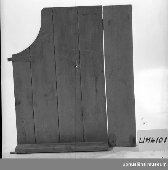 """601 Ev. tillhörande skördetröska UM 4489.   Ur handskrivna katalogen 1957-1958: """"Bord"""" eller """"lem"""" av trä Mått: 95 x 82 cm. Brunmål. Med två gångjärn. Ena hörnan är bortskuren i en cirkelsektor. - Ev. tillhörande tröskmaskin U.M. 4489.  Lappkatalog: 51"""