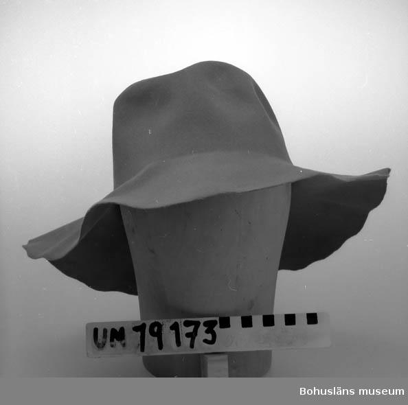 410 Mått/Vikt ! BRÄTTB.9 CM 394 Landskap BOHUSLÄN  Ämne i filt till damhatt, grå färg.    Se UM19130.