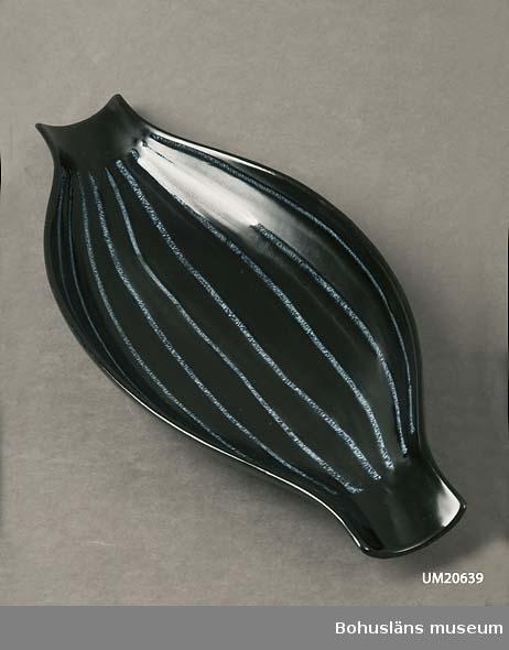 Avlångt svartglaserat fat med blåtonade längsgående ränder. Formgivare: Lillemor Mannerheim.