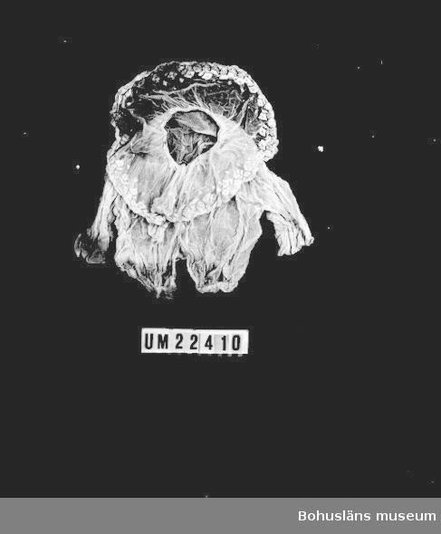 410 Mått/Vikt !, ÄL 14 CM 594 Landskap BOHUSLÄN  Blusat liv med sprund i ryggen med hakar och hyskor. Genombruten tuskaftsvävd bomull i liv och ärmar. Kort skört i bomullstyll med maskinbrodyr. Missfärgningar på bl.a ärmarna  UMFF 108:5