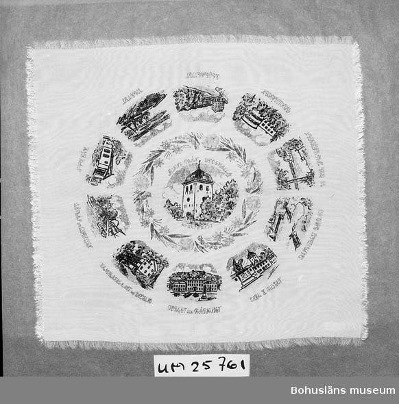 Närmast kvadratisk prydnadsduk med tryckt dekor. I mitten Uddevalla kyrktorn omgivet av blomsterkrans. Där utanför cirkel med Uddevallamotiv som: Torget med kungastatyn; Rådhuset; Vandrarhemmet vid Bode lid; Skeppsvikens badplats; Hasselbacken; Bohusgården m.fl.  Bror Jakobsson (1918-1996) var anställd på Uddevallavarvet. Han var en välkänd person i Uddevalla som outtröttligt arbetade ideellt med lottförsäljning för olika föreningar och organisationer ända fram till året innan han dog.