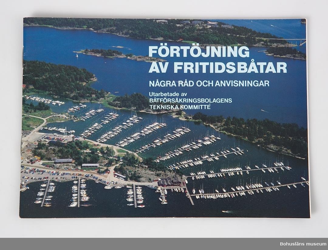 Broschyr med omslag i fyrfärg med titel: Förtöjning av fritidsbåtar. Några råd och anvisningar. 20 sidor. Utarbetade av BÅTFÖRSÄKRINGSBOLAGETS TEKNISKA KOMMITTÉ