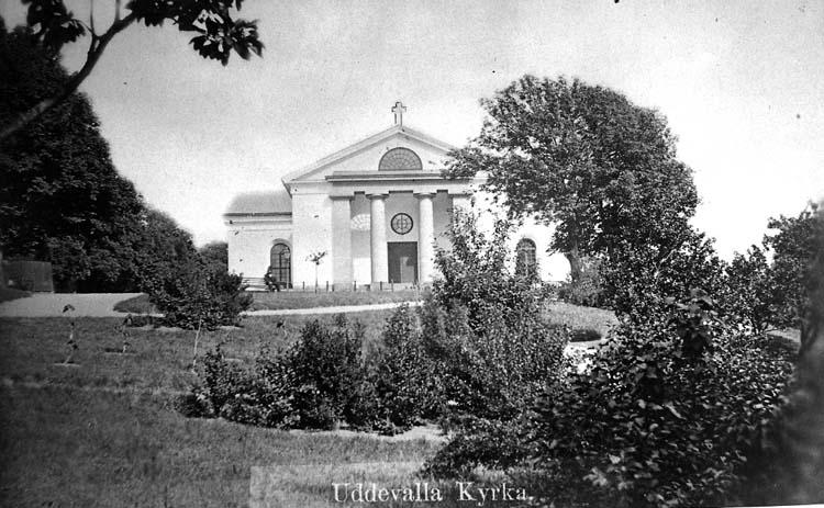 """Text på kortet: """"Uddevalla kyrka från Hasselbacken""""."""