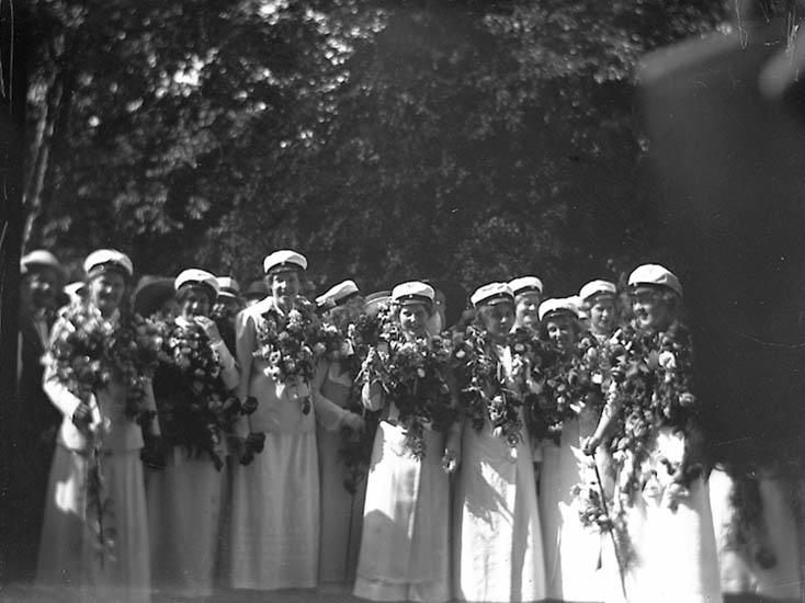 """Text till bilden: """"Uddevalla. Grupp kvinnliga studenter""""."""