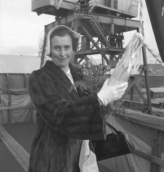 Dop och sjösättning av 122 M/T Glimmingehus. Kvinnan på bilden är fartygets gudmor.