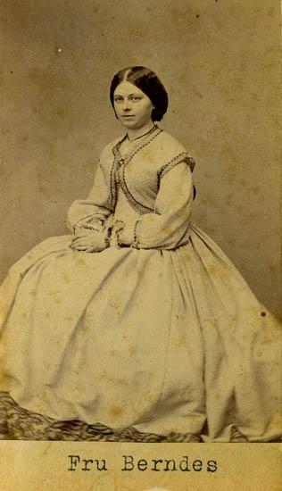 """Text på kortets baksida: """"Fru Bernders, född Engelke""""."""