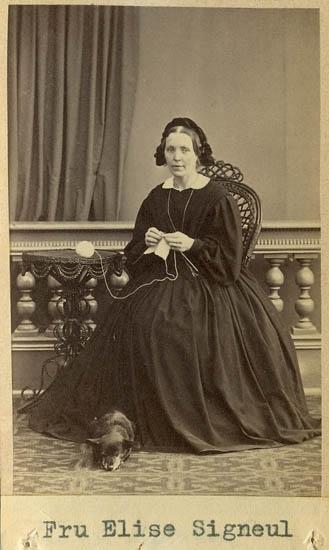 "Text på kortets baksida: ""Fru Elise Signeul, g.m. barnhusdirektören Signeul""."