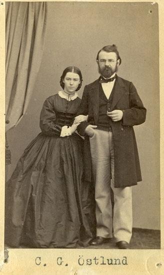 """Text på kortets baksida: """"C.G. Östlund med fru. Häradsh. litterat rådman i Uddevalla. Polismästare i Stockholm. Född 1833""""."""
