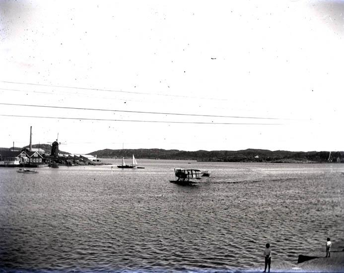 Färjan och en flygmaskin i hamnen. Den 18-19 Juli 1922. 4 st. Kopierade.
