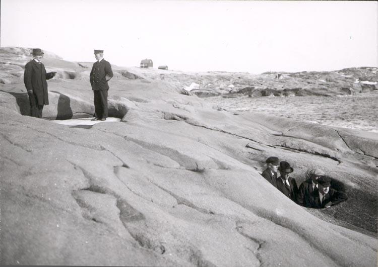 """Notering på kortet: """"HÅLLÖ"""".  """"DALENS KLYFTA"""". """"FOTO (D9) DAN SAMUELSON 1924. KÖPT AV DENS. DEC.1958""""."""