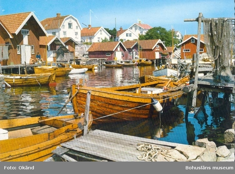 """Tryckt text på kortet: """"Bohuslän. Fiskehamn"""". Noterat på kortet: """"FISKETÅNGEN""""."""