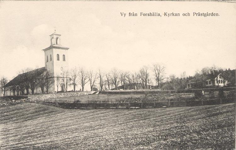 """Tryckt text på kortet: """"Motiv från Forshälla, Kyrkan och Prästgården"""". ::"""