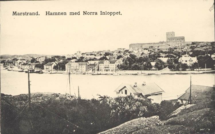 """Tryckt text på kortet: """"Marstrand. Hamnen med Norra Inloppet."""" ::"""