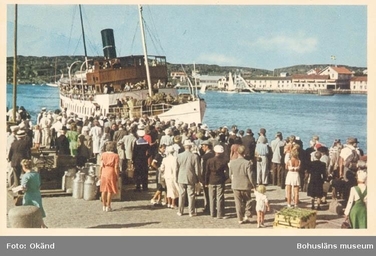 """Tryckt text på kortet: """"Marstrand. Hamnen."""" """"A/B Göteborgs Konstförlag."""""""