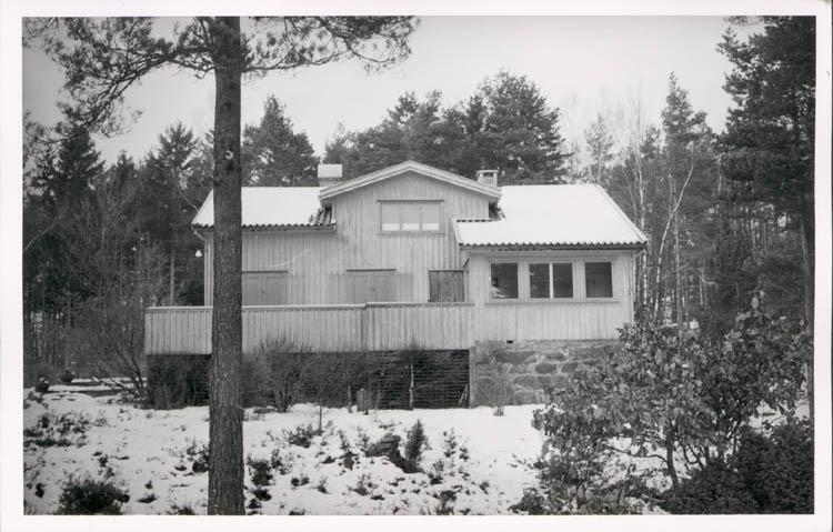 """Noterat på kortet: """"Stillingsön Myckleby Sn."""" """"Fam. Prof. J. Arvid Hedvalls villa """"Hindsbo"""". Vintern 57."""""""
