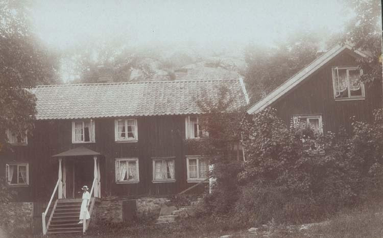 """Noterat på kortet: """"Nösunds äldsta stuga. (Senast krog). Sommaren 1916."""""""