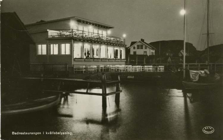 Badrestaurangen i kvällsbelysning.
