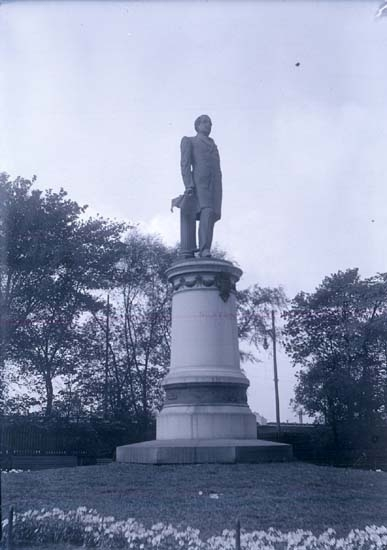 "Enligt text som medföljde bilden: ""Nils Ericssons staty Stockholm 3/6 05."""