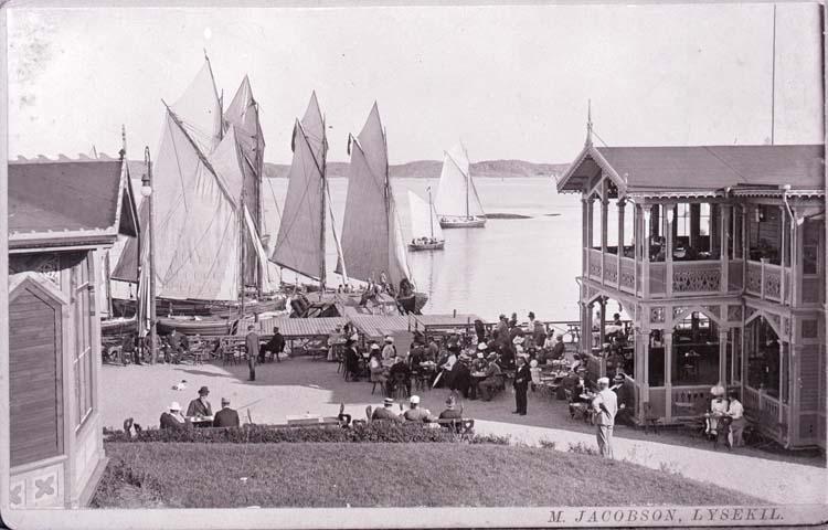 """Enligt text som medföljde bilden: """"Lysekils Havsbad 1900. foto M. Jacobsson.  Fått kort av Henry Weis 1943."""""""