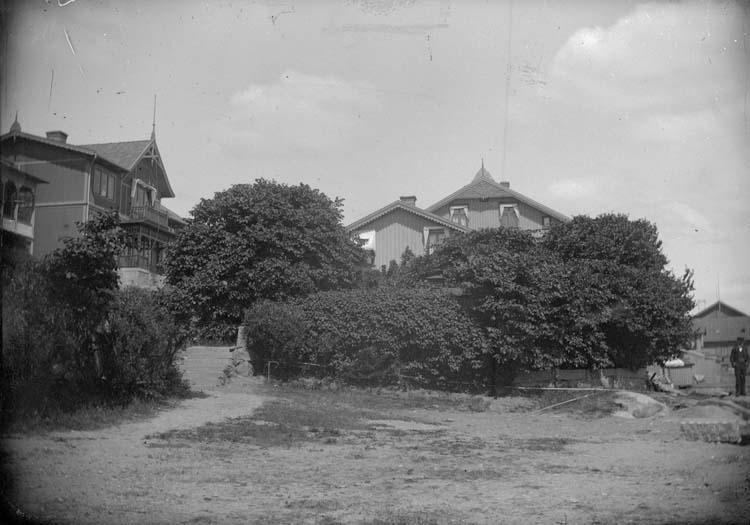 """Enligt text som medföljde bilden: """"Lysekil. Hallgrens hus från dambassinen 1899""""."""
