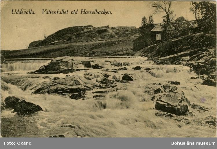"""Tryckt text på vykortets framsida: """"Uddevalla. Vattenfallet vid Hasselbacken."""""""