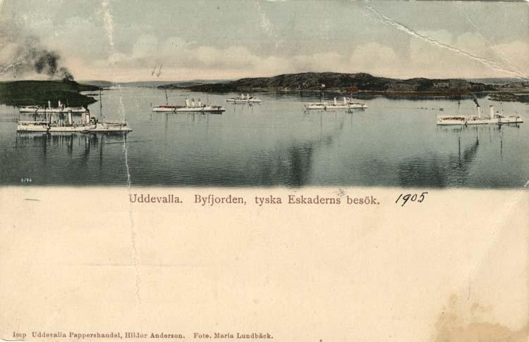 """Tryckt text på vykortets framsida: """"Uddevalla, Byfjorden, tyska Eskaderns besök."""""""