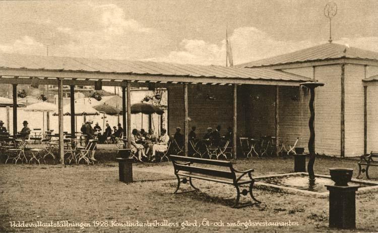 """""""Uddevallautställningen 1928. Konstindustrihallens gård, Öl- och smörgåsrestauranten."""""""