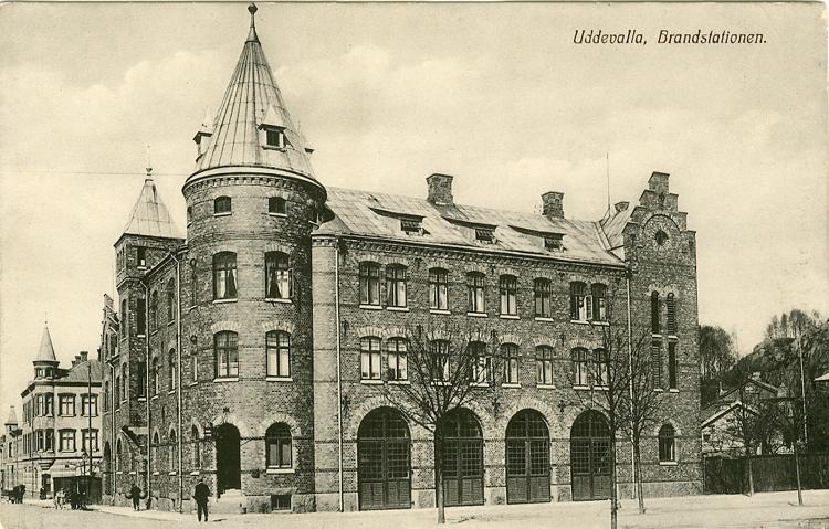 """Tryckt text på vykortets framsida: """"Uddevalla, Brandstationen."""""""