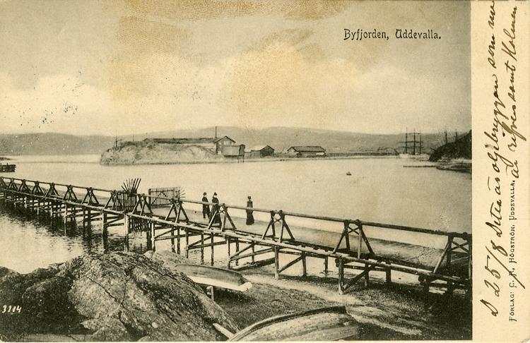 """Tryckt text på vykortets framsida: """"Byfjorden, Uddevalla."""""""
