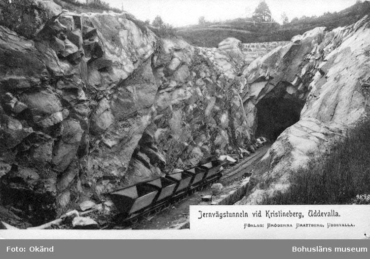 """Tryckt text på vykortets framsida: """"Järnvägstunneln vid Kristineberg, Uddevalla."""""""