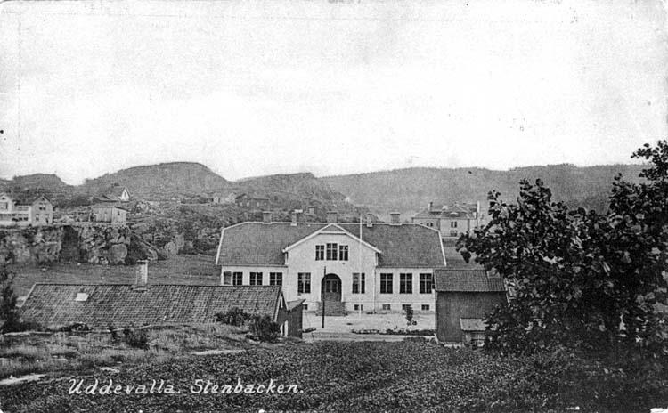 """Tryckt text på vykortets framsida: """"Uddevalla, Stenbacken.""""  ::"""