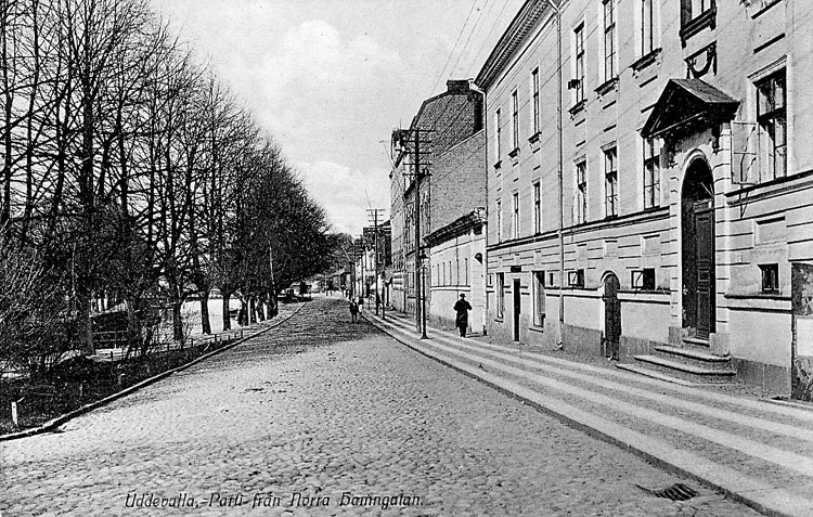 """Tryckt text på vykortets framsida: """"Uddevalla Parti från Norra Hamngatan""""."""